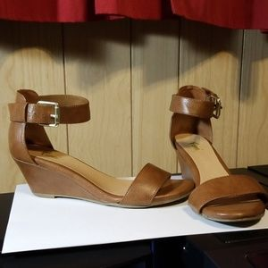Fini brown leather and gold wedges